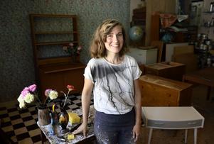 Möbelsnickare Anna Löfstrand tar emot möbler som hon renoverar, men köper också själv slitna som hon fräschar upp och säljer vidare.