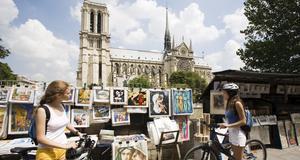 I Paris finns ett rikt kulturutbud med bland annat mängder av konstgallerier och bokhandlar - som här vid Seinde.