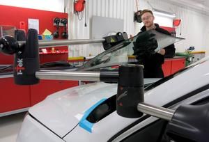 Tack vare ergonomiskt utformade hjälpmedel kan Simon Larsson ganska enkelt byta ut en skadad vindruta.