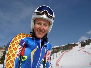 Kajsa Kling strålade med solen efter sitt första SM-guld i störtlopp. Åretjejen var 1.78 före Emelie Wikström, Sävsjö.