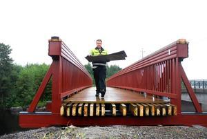 Roger Nilsson som var med och fick bron på plats var också en av de första som fick prova att gå över den.