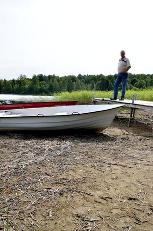 En meter lägre än normalt. Det låga vattenståndet i sjön kan tvinga båtägare att bygga om bryggorna för att anpassa sig till det låga vattenståndet.
