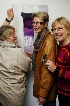 Konstrundan är kul, både för konstnärerna och för besökarna. Gunilla Englund-Backlund,  Eva Sollander och Barbro Bäck hänger sin konst i Medskogsbron.