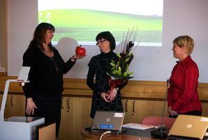 Elisabeth Eng-Åkerlund delade under gårdagens nämndsammanträde ut ett stort rött keramikäpple samt en blomsterbukett till Helena Westin och Helené Oskarsson som uppskattning på deras uppmärksammade arbete med IT i Njurundaskolorna.