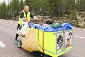 18 maj 2015: Torsten Meiners från Hamburg är hemlös. På somrarna brukar han promenera med sin kundvagn som han också sover i. Långt. I somras gick han till polcirkeln och tillbaka. TH träffade honom på väg genom Härjedalen.