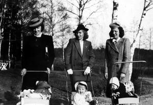 Årets hattmode. På promenad med småttingarna. Från vänster Sigrid Mattsson med sonen Kjell, Sylvia Danielsson med dottern Monica (senare med efternamnet Dominique) född i juli 1940, och Eivor Norelius med dottern Yvonne. Bilden togs första maj 1942, troligen på Viksäng.