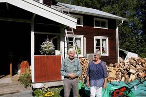 Margareta och Gösta Hådell utanför sitt drömhus i Tosätter.
