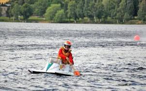 Stannar motorn får man paddla tillbaka, något Henry Johansson fick erfara i går. Foto: Hillevi Mårtensson