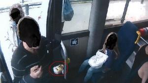 Flera personer, både barn och vuxna, blev vittnen när den aggressive mannen hotade busschauffören och kastade sin medhavda mat omkring sig.
