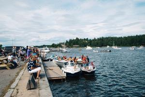 Det är 73 anmälda båtar och så gott som hela Stugsund har samlats vid kajen för att heja på.