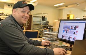 Tobias Andersson, butiks- och lagerchef på ITAB Outdoor i Surahammar, vid sin arbetsplats. Härifrån sköter han beställningarna från tre olika e-handelssidor.