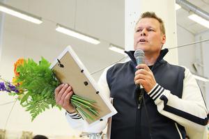 Mikael Larsson blev första Eriksstipendiaten i Söderhamn. Pengarna – 5 000 kronor – ska gå till Norrtullkyrkans ungdomskafé som öppnar i höst.