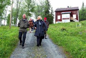 Landshövding Britt Bohlin och Anders Hedström, ordförande i den 25-åriga föreningen, leder vägen ner från Ingenjörsvillan, som var ett av besöksmålen under gårdagens rundtur. Foto: Elisabet Rydell-Janson