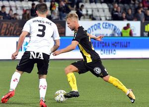 ÖSK:s mittback Brendan Hines-Ike och 2-0-målskytten i Hammarby, Sander Svendsen.