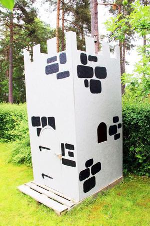 En enkel men rolig riddarborg byggd av överblivna träfiberskivor.
