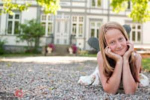 Olivia berättar: Maja Axell. Bilden är tagen framför deras hus. Jag ville ta några bilder på min assistent innan vi skulle ta studentbilder på Majas syster.