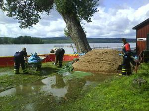 Räddningstjänsten arbetar med att rädda såverket vid sjön Ljustern i Säter. Foto: BERNDT NORBERG