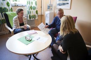 Ingrid Rosén och Per-Ola Bergström följer psykiskt funktionsnedsatta genom byråkratin.