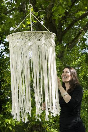 Ibland ger sig Christel på riktigt stora projekt. Den här  maffiga lampskärmen har hon knutit med  20 000 knutar.