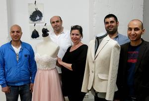 Caravanserais initiativtagare Pia Lundström omgiven av fyra skickliga hantverkare: Mohammed Aljaser (vid den balklänning han sytt), Abdulnaser Aljaser, Zaher Belkilo och Nedal Amis.