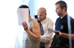 18-åringen är den 42-åringa kvinnans pojkvän och sambo – han har nu erkänt att han mördade kvinnans pappa och försökte mörda kvinnans mamma samt att det var 42-åringen som skjutsade honom ut till den sommarstuga utanför Arboga där dåden förövades i somras.
