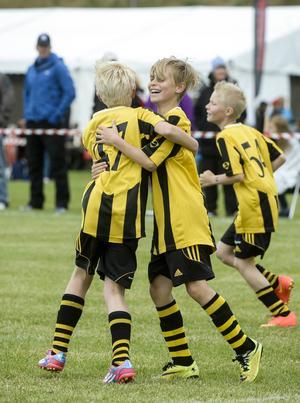 Kubikenborgs Axel Kangas var giftig i 2–0-segern mot Bik SK och satte båda målen. William Lindgren var inte sen med att krama om lagkamraten efter ett av målen.