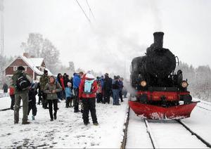 Det var flera hundra personer i Sikås som välkomnade ångtåget när det stånkade in på stationen