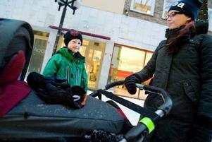 """""""Det märks absolut att tv-program påverkar barn"""", säger Ann-Sofie Lundholm. Men Tim, 7 år, leker hellre med kompisar än ser på tv och 11 veckor gamla Tindra i barnvagnen är än så länge för liten för tv:n.Foto: Ulrika Andersson"""