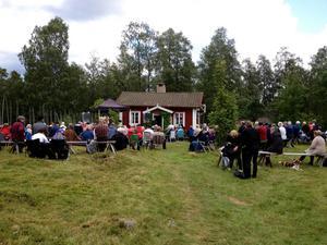 Dan Andersson-veckans avslutning äger alltid rum på tunet vid stugan i Skattlösberg, där finnmarkens diktare en gång bodde med sin familj.