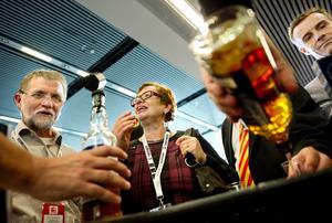 Whisky är på modet. Bergslagens destilleri från Nora bjöd på sin prisade blended. Askersundsparet Solveig och Sven Samuelsson, den senare från Askersunds Fastighetsteknik, lät sig väl smaka.