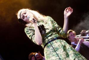 Amanda Jensen var den enda artisten som fick stående ovationer för sitt framträdande under Skulefestivalens andra kväll.