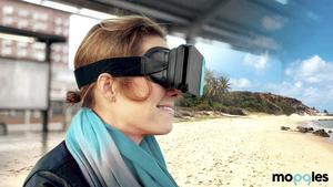 Glasögonen utvecklas hela tiden, den nya modellen är mer genomtänkt och smidigare än den på bilden. Nu väntar duon på att fler VR-filmer ska släppas.
