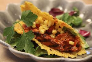 Tacos med grillad kyckling, salsa och traditionella tillbehör blir lätt hela familjens favoritmat.Foto: Dan Strandqvist