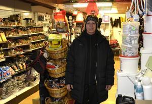 Ingela Persson försöker ha ett brett utbud av produkter för häst- och djurhållning.