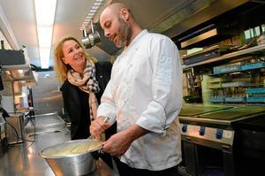 Kocken Jonas Melin fixar äggröran  till nästa dags frukost. Spendrups övertar nu ansvaret för  16 anställda.