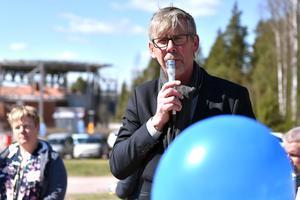 Gunnar Barke (s) var en av invigningstalarna när helikopterplattan (bakom honom) skulle invigas.