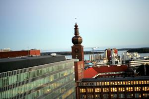 Övernattade på First Hotel och tog denna bild som visar en blandning av gammalt och nytt, ASEA-tornet och husen i Östra hamnae i bakgrunden