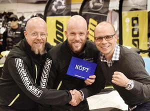 Northbikes vd Jonas Olert, till höger, skakar hand med bröderna Thomas och Anders Jonsson på Motorbolaget i Umeå.