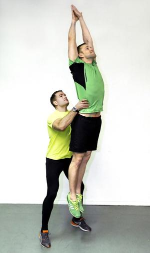 5. Upphopp med kastStå med fötterna parallellt, böj benen och gör ett upphopp. Samtidigt står din kompis bakom dig och tar tag om din midja och kastar upp dig i luften.Du tränar: Rumpa, ben, kondition.Kompisen tränar: Axlar, rygg, rumpa.