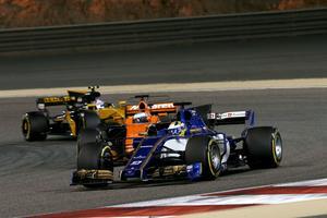 Marcus Ericsson låg ett tag före både Fernando Alonso och Jolyon Palmer, och var som bäst åtta i Bahrains GP, men föll tillbaka till 14:e plats innan han tvingades bryta fem varv före mål.