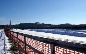 Vid vasaloppskontrollen i Oxberg, som även är startplats för Tjej- och Kortvasan, ligger den överblivna konstsnön kvar.FOTO: PÄR SÖNNERT
