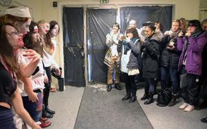 Alla ville ta bilder på de sex zombierna.