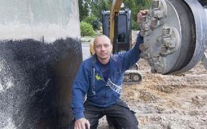 Uppfinnaren Tomas Johansson från Falun med sin tjärfräs YTF-420 monterad på Caten. Foto: Mikael Forslund