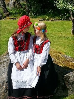 Systrarna Felicia och Feline Karlsson firar midsommar