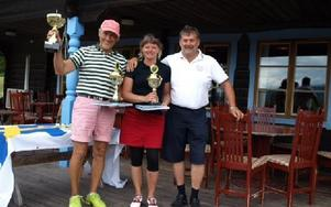 Arrangör och prisutdelare Tomas Kaiser gratulerar segrarna Roland Johansson och Erika Jingfors från Hesslegårdens GK. Foto: