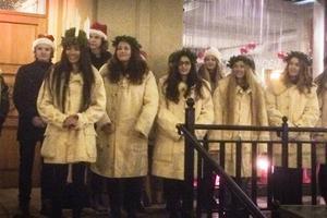 Årets tärnor är Linn Wikblad, Julia Silén, Emma Rosenlund, Heiddy Diveana, Emelie Jacobs Söder, Lisa Kjellberg Eismar, Ida Edvardsson och Elin Svedberg. Lucia är Princess Lyka Alexander.