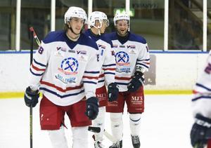 Nicklas Larsson är fortsatt att räkna med i Hockeyettan.