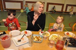 Festar på frukt gjorde Isodor Larsson, Helena Spennare och Tuva-Li Käck på en fruktfest i januari på Ekorrens förskola i Mehedeby.