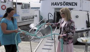 Ny färjelinje. Lene Juhlin från turistbyrån i Enköping och kommnualrådet Elisabeth Unell invigde den nya färjelinjen mellan Västerås och Enköping.