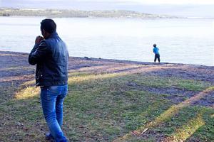 Med en hel sjö som Storsjön att tillgå gäller det att passa på att kasta stenar. Medan andra njuter av utsikten.